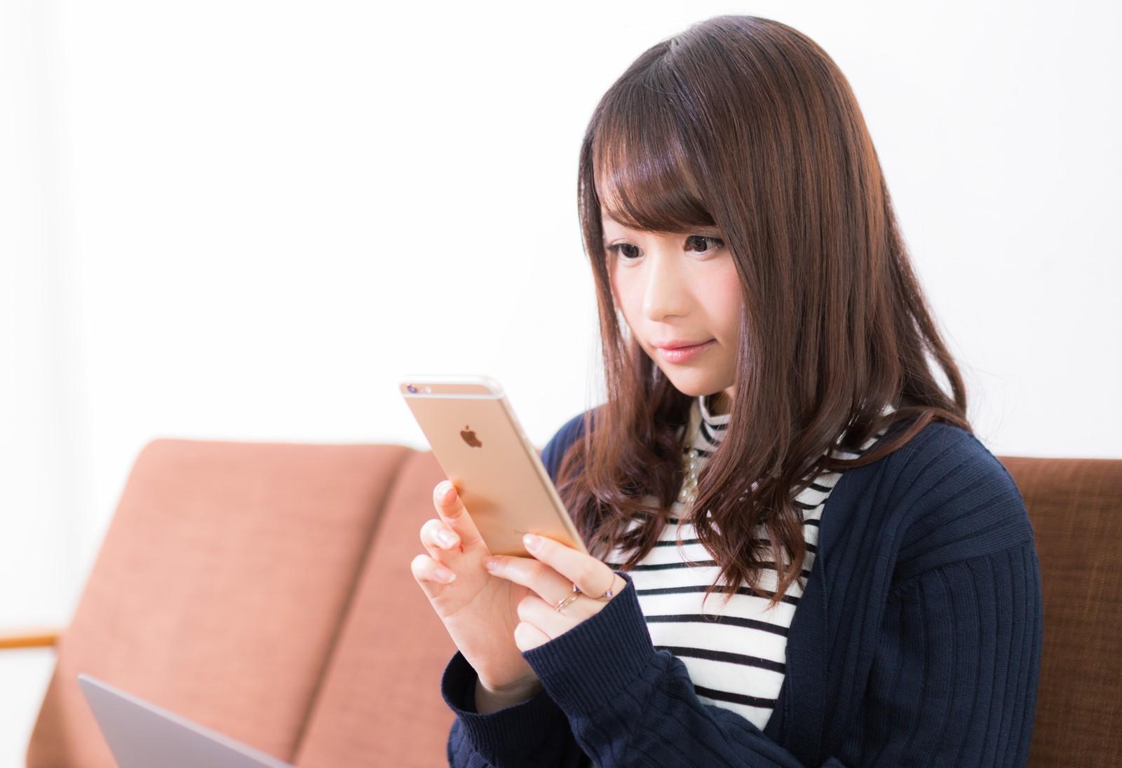動画配信サービスを見ている女性 (1)